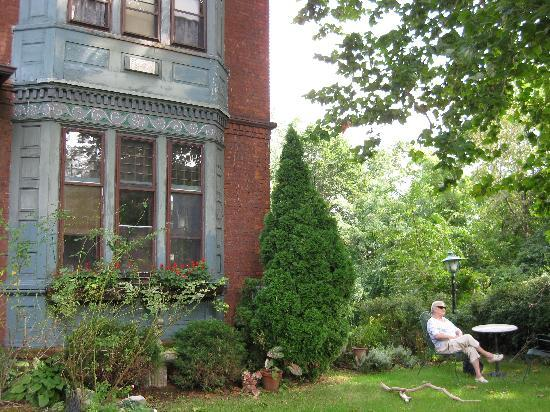 Stockbridge Ramsdell House on Hudson: A quiet spot in the front garden