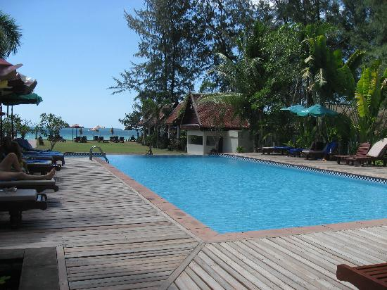 Royal Lanta Resort and Spa: The infinity pool by the beach