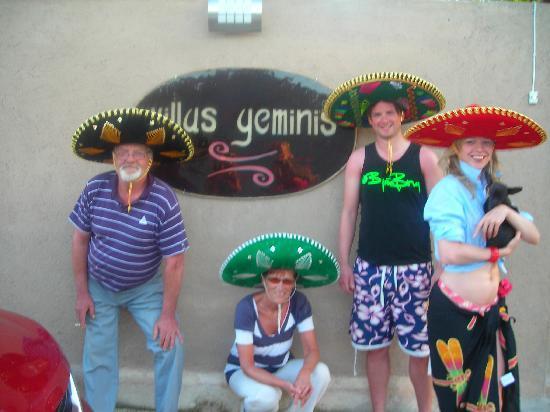 Villas Geminis Boutique Condo Hotel: Mexicans in front of gate Villas Geminis