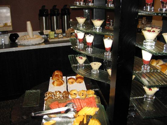 The Nines, a Luxury Collection Hotel, Portland: Continental breakfast served in the club lounge
