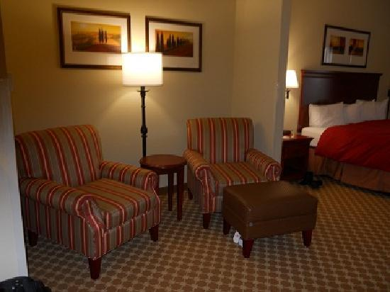 Country Inn & Suites By Carlson, Tifton: Our Room- Sitting Area