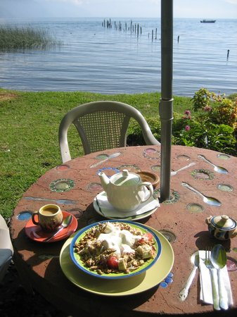 San Pedro La Laguna, Guatemala: Gorgeous breakfast: fresh fruit, granola, yoghurt and honey! and Chai tea