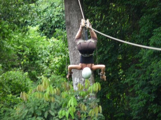 جاكو, كوستاريكا: Zipline - yes - she's upside down!!!