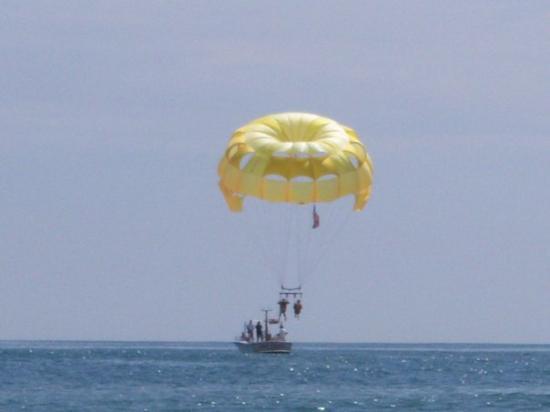 Daytona Beach, FL: Para sailing (not me)