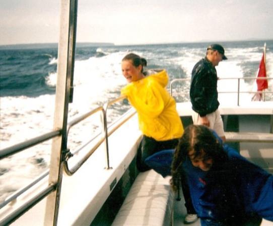 ลือเนนบูร์ก, แคนาดา: Mandi & Alli whale watching Canada