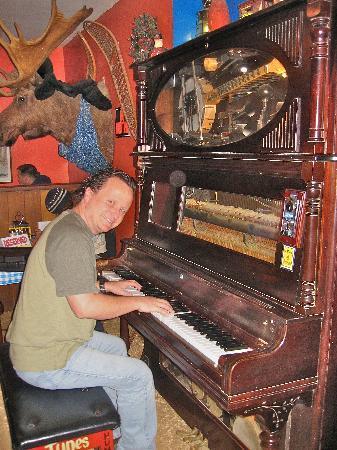 Klondike Pizza: Sing-Along Piano Player