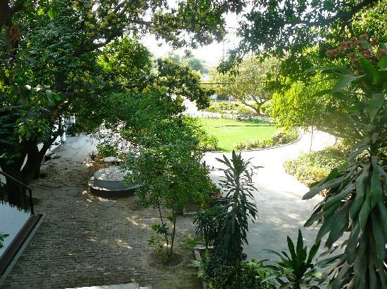 Agrawal Paying Guest House: beautiful gardens