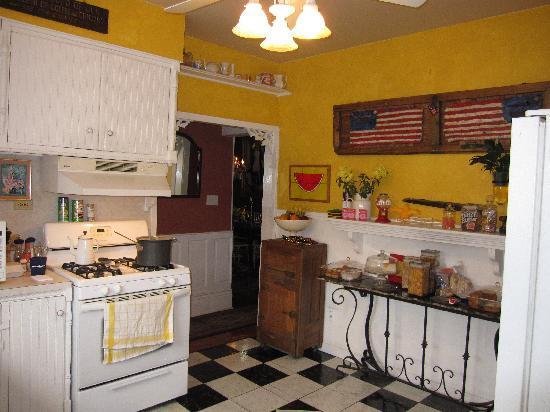 Maison de Lagniappe: Sunny Kitchen