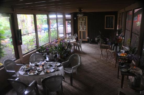 Pahoa, HI: Atrium Breakfast Area