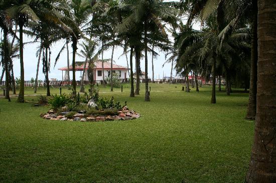 Labadi Beach Hotel: Garden area between the pool and beach