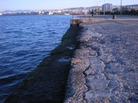 Thessaloniki, Hellas: block away from the sea.