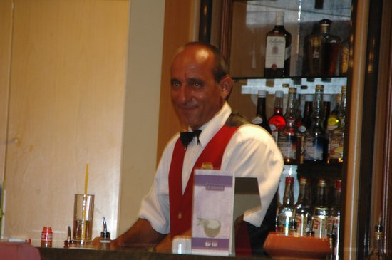 Dome Beach Hotel & Resort: Barkeeper SAVAS