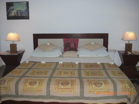 Shangri-Lanka Villa: Well made bed with flowers