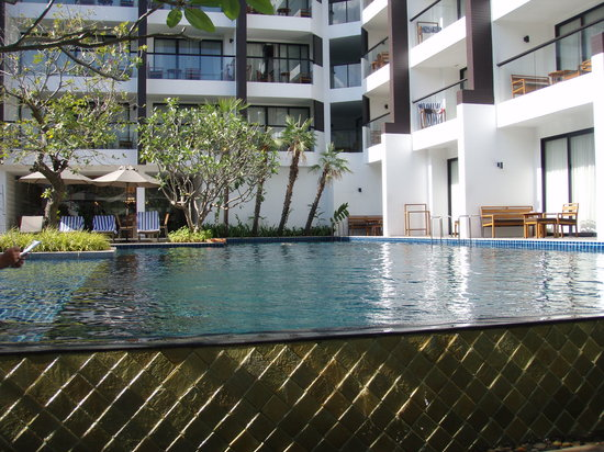 Woodlands Suites Hotel : nice, calm and empty pool without my daughter splashing!