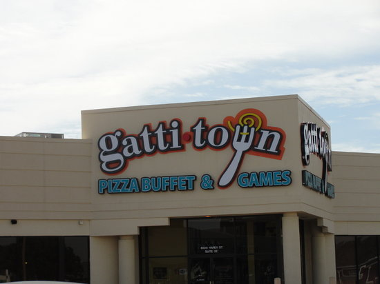 Gatti Town Pizza Buffet & Games: Outside