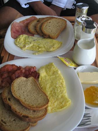Artista Beach Villas: breakfasts, ur choice of egg, bacon/ham, fruits,and fresh fruit juices