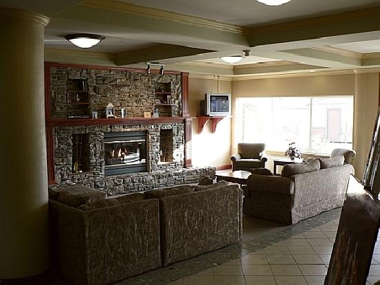 Sandman Hotel Quesnel: Warm and inviting lounge/lobby