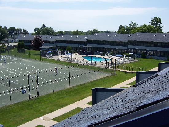 Nautical Mile Resort: Tennis courts and pool/hot tub area