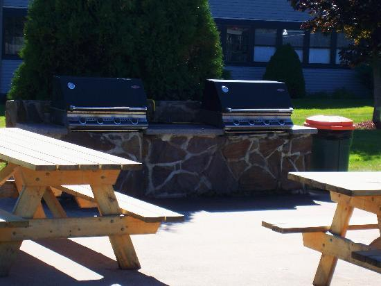 Nautical Mile Resort: grill and picnic area