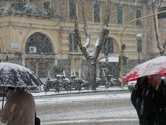 A Casa di Serena a San Pietro: Snow While eating Breakfast
