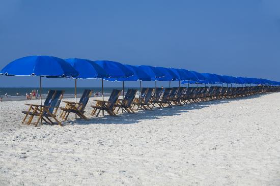 Beach House, A Holiday Inn Resort : Umbrellas and chairs on the beach