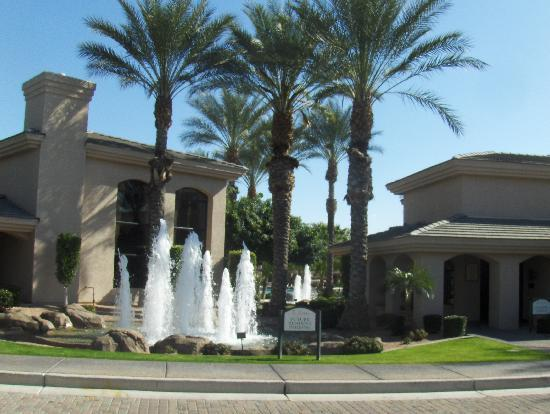 Sonoran Suites of Scottsdale : Drive into the complex