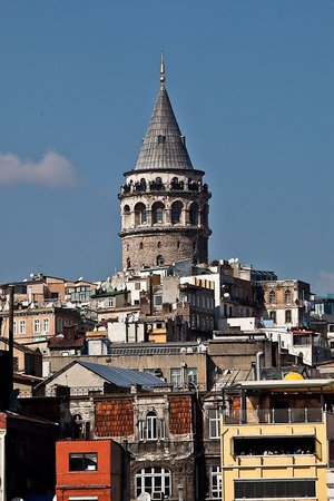 Κωνσταντινούπολη, Τουρκία: Croisière sur le Bosphore, Tour Galata depuis le bateau. Pauvreté et démesure ...