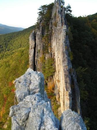 Seneca Rocks, Virginia Occidental: from south peak summit across gunsight notch to north peak summit.