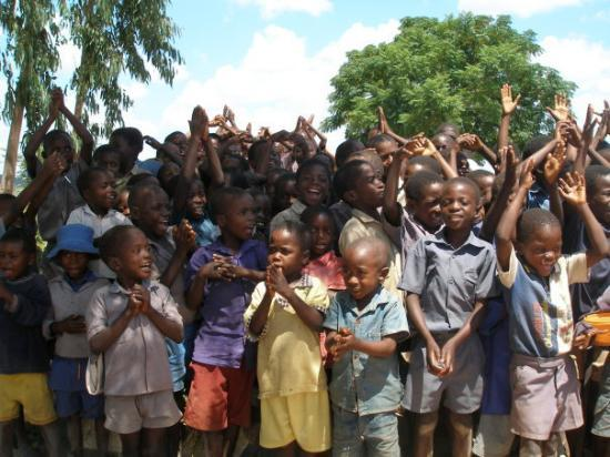 Harare, Zimbábue: Everywhere we went the children were organized to sing for us. The reality of it is that they tr