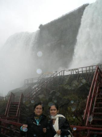 Bridal Veil Falls: Cave of the wind ( part of Niagara falls in US sde )