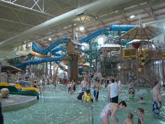 Great Wolf Lodge: View over the kiddie pool to the big slides