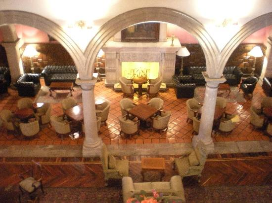 Hotel Virrey de Mendoza: View of lobby from second storey