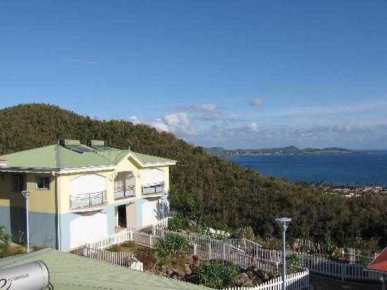 Residence Ilot Bleu : Vue d'un des petits batiments avec la baie de sainte Luce