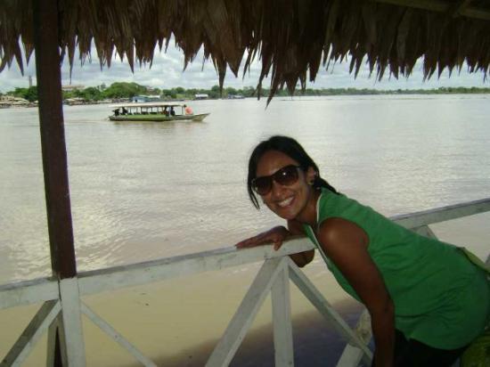 Pucallpa, Peru: Posando con el lago Yarinacocha!