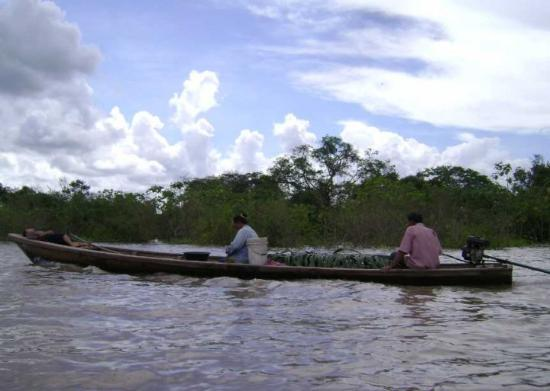 Pucallpa, Peru: Familia viajando por el rio Ucayali
