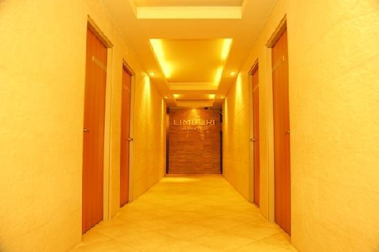 Limburi Hometel: Hallway