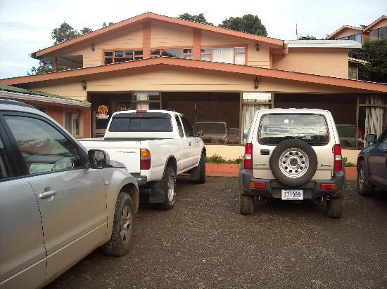 Mar Inn Bed & Breakfast : Entrée et parking du Bed and Breakfast