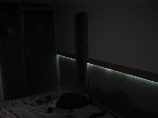 Ibis Budget Poitiers Sud: camera con luce di cortesia a leds