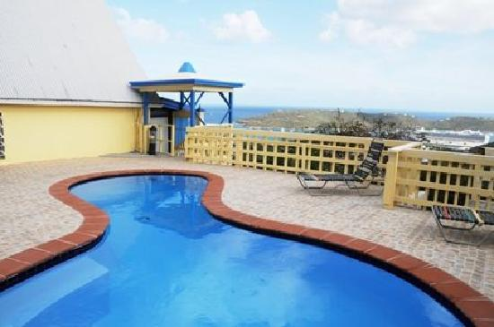 Sunset Gardens Guesthouse: Sparkling pool to relax in!