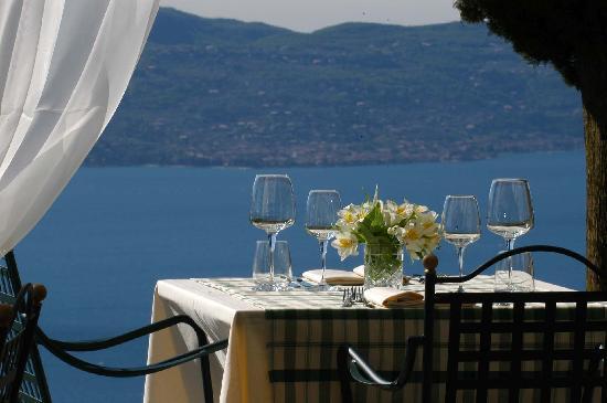 Boutique Hotel Villa Sostaga : Un tavolo in gazebo