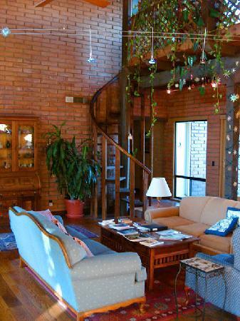 Desert Trails Bed and Breakfast: Living Room