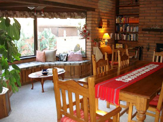 Desert Trails Bed and Breakfast : Breakfast Room