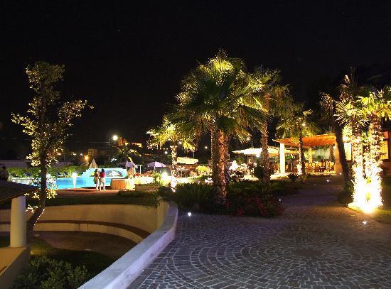 Hotel Aktea: Giardino di notte