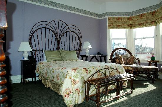 The Willows Bed and Breakfast Inn: Larger room w.queen bed