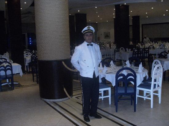 SENTIDO Le Sultan: la salle de restaurant et un serveur