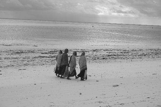 Neptune Pwani Beach Resort & Spa: donne sulla spiaggia