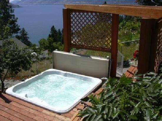 Okanagan Oasis B&B: Hot tub overlooking the lake