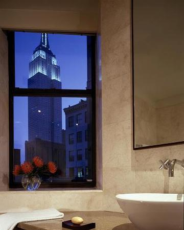NH New York Jolly Madison Towers: A breathtaking view of the Empire State Building from a Deluxe room.