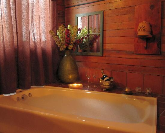 Abbey's Lantern Hill Inn: Whirlpool bath, champagne, candlelight... What more would you need?