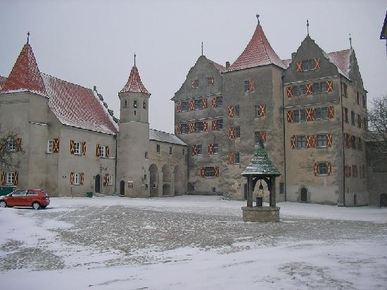 Fuerstliche Burgschenke Harburg: ...auch mit Schnee imposant